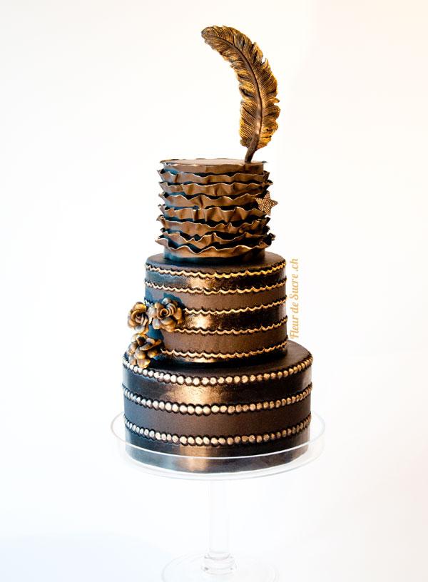 Hochzeitstorte schwarz gold Feder Rüschen Rosen